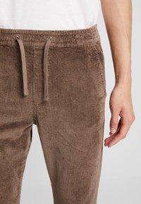 Jack & Jones - JJIVEGA JJBONE - Trousers - walnut - 3