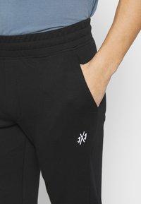 Jack & Jones - JJIGORDON JJALEX PANTS - Tracksuit bottoms - black - 4