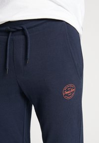 Jack & Jones - JJIGORDON JJSHARK PANTS  - Trainingsbroek - navy blazer - 8