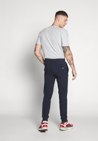 Jack & Jones - JJIGORDON JJSHARK PANTS  - Trainingsbroek - navy blazer - 6