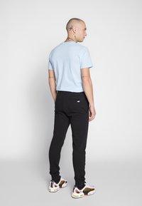 Jack & Jones - JJIGORDON JJSHARK PANTS  - Spodnie treningowe - black - 2