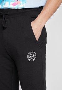 Jack & Jones - JJIGORDON JJSHARK PANTS  - Spodnie treningowe - black - 5