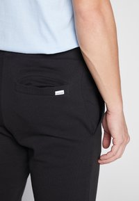 Jack & Jones - JJIGORDON JJSHARK PANTS  - Spodnie treningowe - black - 3