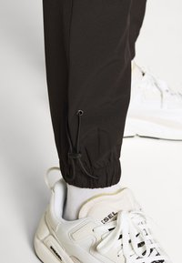 Jack & Jones - JJIGORDON JJTECHNICAL PANT - Spodnie treningowe - black - 4