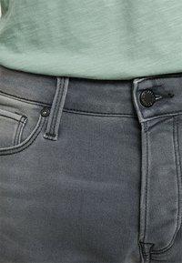Jack & Jones - JJIRICK JJICON  - Shorts vaqueros - grey denim - 3