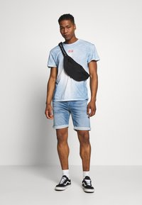 Jack & Jones - JJIRICK JJICON - Szorty jeansowe - blue denim - 1