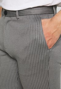 Jack & Jones - JJIPHIL CHINO  - Shorts - grey melange - 4