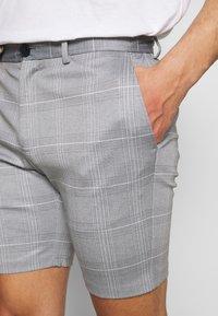 Jack & Jones - JJIPHIL CHINO  - Shorts - light grey melange - 4
