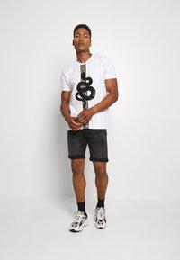 Jack & Jones - JJIRICK JJICON SHORTS  - Denim shorts - black denim - 1