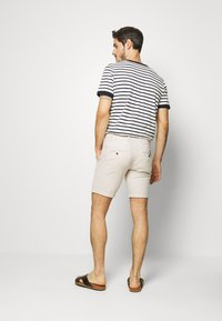 Jack & Jones - JJILINEN JJCHINO - Shorts - beige - 2