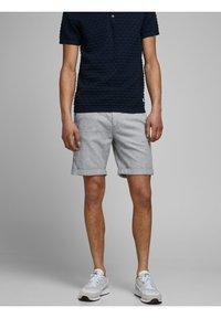 Jack & Jones - JJILINEN JJCHINO - Shorts - grey - 0