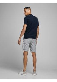 Jack & Jones - JJILINEN JJCHINO - Shorts - grey - 2