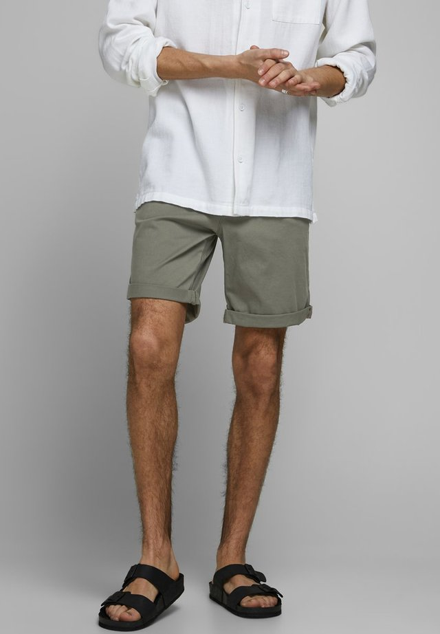 CHINOSHORTS KLASSISCHE - Shorts - dusty olive