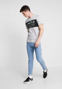 Jack & Jones - JJIFRED JJTOOL - Jeans Tapered Fit - blue denim - 1