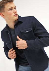 Jack & Jones - JCOBORO CREW NECK SLIM FIT  - Camiseta estampada - navy blazer - 3