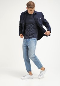 Jack & Jones - JCOBORO CREW NECK SLIM FIT  - Camiseta estampada - navy blazer - 1