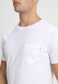 Jack & Jones - JJEPOCKET TEE SS O-NECK - Basic T-shirt - white - 4