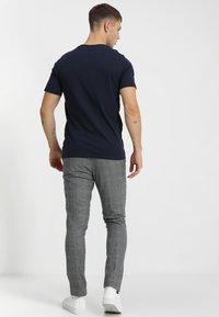 Jack & Jones - JJEPOCKET TEE SS O-NECK - T-Shirt basic - navy blazer - 2