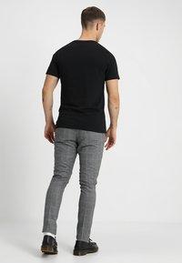 Jack & Jones - JJEPOCKET TEE SS O-NECK - T-shirt basique - black - 2
