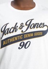 Jack & Jones - JJELOGO PLUS ESSENTIALS - Print T-shirt - cloud dancer - 4