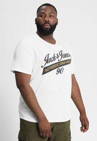 Jack & Jones - JJELOGO PLUS ESSENTIALS - Print T-shirt - cloud dancer - 0
