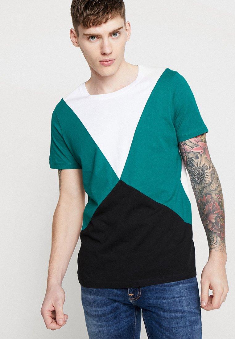 Jack & Jones - JCOPANEL TEE CREW NECK - Camiseta estampada - evergreen