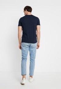 Jack & Jones - JJELOGO TEE CREW NECK NOOS - T-shirt imprimé - dark blue - 2