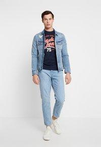 Jack & Jones - JJELOGO TEE CREW NECK NOOS - T-shirt imprimé - dark blue - 1