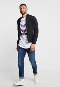 Jack & Jones - JCOTOMBE TEE CREW NECK - T-shirts med print - white - 1