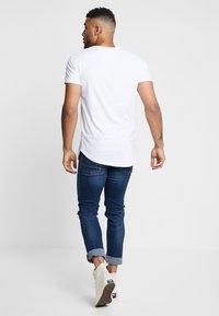 Jack & Jones - JCOTOMBE TEE CREW NECK - T-shirts med print - white - 2