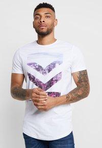 Jack & Jones - JCOTOMBE TEE CREW NECK - T-shirts med print - white - 0