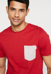 Jack & Jones - JCOBOSTON TEE CREW NECK SLIM FIT - T-shirt basic - tango re - 4