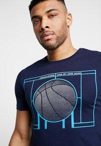 Jack & Jones - JCOFIELD TEE CREW NECK - T-shirt imprimé - maritime blue - 3