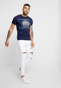 Jack & Jones - JCOFIELD TEE CREW NECK - T-shirt imprimé - maritime blue - 1