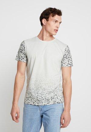 JORSPOTPARK TEE CREW NECK REGULAR FIT - Print T-shirt - silver birch