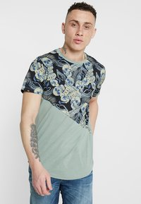 Jack & Jones - JORSKULLBONE TEE CREW NECK REGULAR FIT - Triko s potiskem - green bay - 0