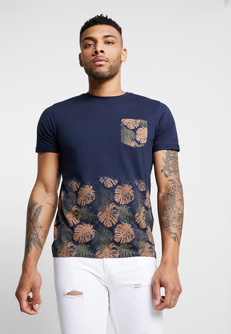 Jack & Jones - JORMAIZE TEE CREW NECK - Print T-shirt - navy blazer