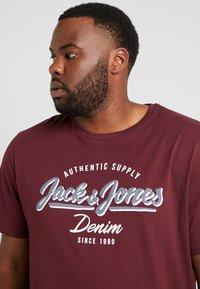 Jack & Jones - JJELOGO TEE  CREW NECK  - T-shirt z nadrukiem - port royale - 4
