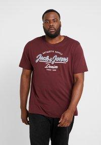 Jack & Jones - JJELOGO TEE  CREW NECK  - T-shirt z nadrukiem - port royale - 0