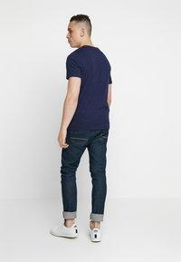 Jack & Jones - 2PACK JCOBOOSTER TEE CREW NECK  - T-shirt print - maritime blue/white - 2