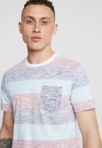 Jack & Jones - JORRANKLY STRIPE TEE CREW NECK REGULAR FIT - Print T-shirt - green bay - 4