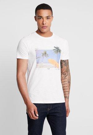JORTRAVELLER TEE CREW NECK - Print T-shirt - cloud dancer