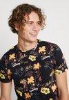Jack & Jones - JORMOLOKAI TEE CREW NECK - Camiseta estampada - tap shoe