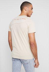 Jack & Jones - JCOAPEX TEE CREW NECK - Print T-shirt - tan - 2