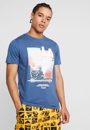 JOROCEANSIDE TEE CREW NECK SLIM FIT - Print T-shirt - ensign blue