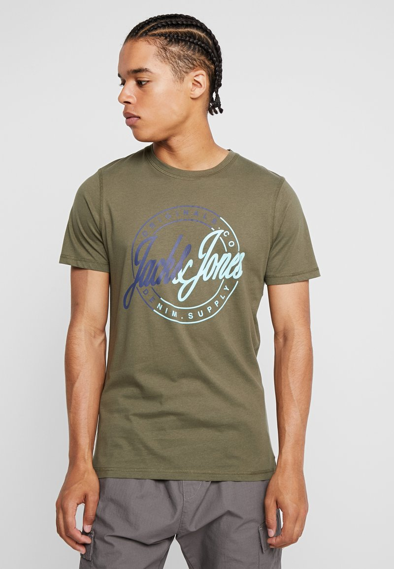 Jack & Jones - JORNEWRIVAL TEE CREW NECK - T-shirt print - olive night