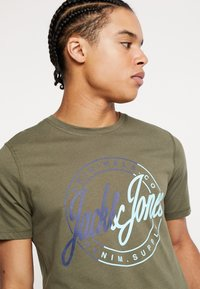 Jack & Jones - JORNEWRIVAL TEE CREW NECK - Print T-shirt - olive night - 4
