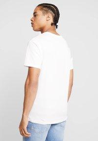 Jack & Jones - JORNEWFUNKI TEE CREW NECK - Print T-shirt - cloud dancer - 2
