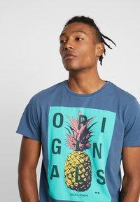 Jack & Jones - JORNEWFUNKI TEE CREW NECK - Print T-shirt - ensign blue - 3