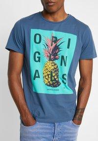 Jack & Jones - JORNEWFUNKI TEE CREW NECK - Print T-shirt - ensign blue - 5